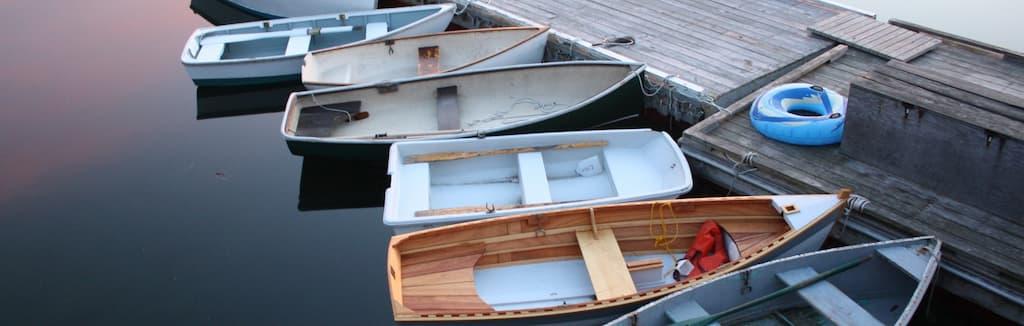 Ein Steg mit Booten - Photo by Nan Ingraham on Unsplash