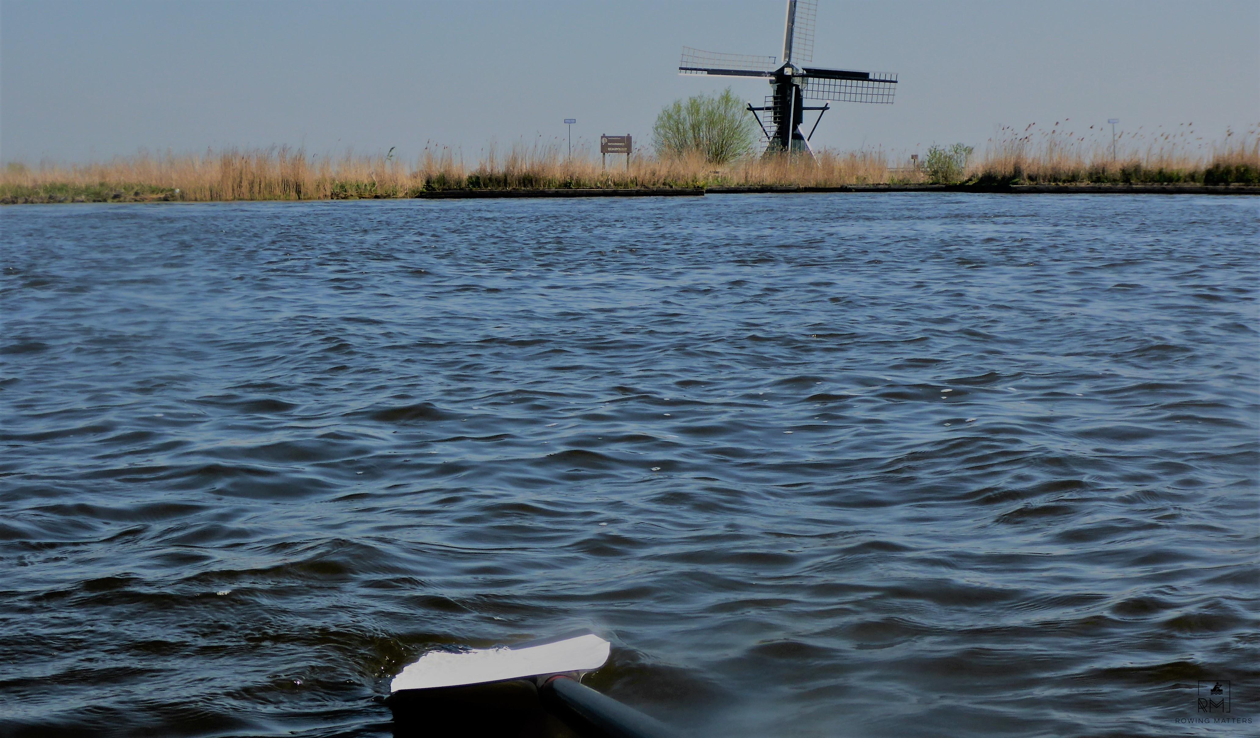 Kanal mit Windmühle in Friesland, Niederlande