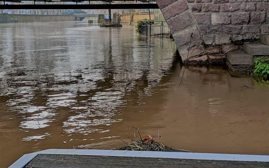 Steg des Creuznacher Rudervereins: Normalerweise kann man zwischen Steg und Brücke an Land stehen.